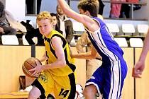 Basketbaloví kadeti BC Vysočina (vlevo) se stále trápí a na první výhru v soutěži čekají.