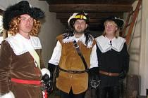 Na jedné z hradních chodeb plukovník Osterling (vlevo), který po obsazení Jihlavy v roce 1645 velel zatřicetileté války posádce Švédů, právě k smrti odsoudil špiona Císařských.