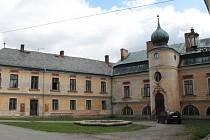 Zámek. Jeníkovský zámek (na snímku) je dlouhodobě ve špatném stavu. Sídlí v něm i obecní úřad městyse.