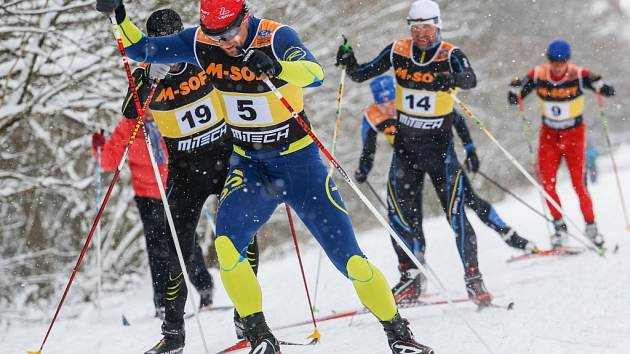 Vítězové.  Václav Zajíc (číslo 5), pronásledovaný Janem Lauermanem (číslo 19) a Danielem Novotným (číslo 14)  byli v cíli Jihlavské 15  nejdříve.