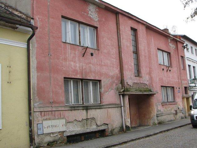 ČEKÁNÍ NA LEPŠÍ ČASY. Kulturní dům v Brtnici je nevzhledná poničená budova.