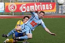 Jihlavský záložník František Schneider (vzadu) zastavuje středopolaře Ústí nad Labem Jana Martykána ve včerejším zápase druhé fotbalové ligy. Vysočina vydřela v závěru alespoň bod za remízu 1:1.