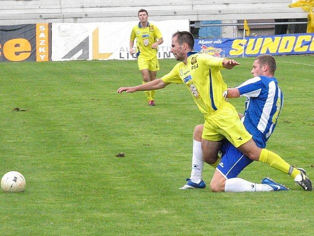 Fotbalista Michal Pacholík (ve žlutém) si po nezájmu Jihlavy shání nové angažmá. Nejreálněji vypadá Bystrc.