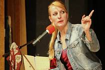 Herečka Anna Polívková si občas zkusí i režírování. Hru, kterou režírovala, Případy Dr. Toureta, právě zítra uvádí jihlavské divadlo DIOD.
