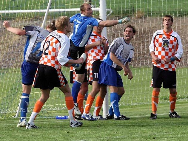 Ve finále Krajského poháru byly k vidění šance na obou stranách. Nenudil se ani jeden brankář. V tomto případě hasí nebezpečí před svou svatyní křižanovský gólman Petr Bajer.