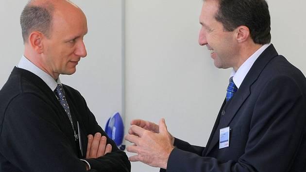 Obchodního ředitele firmy Bosch Diesel Jörga Pollaka (na snímku vlevo hovoří s primátorem Jihlavy Jaroslavem Vymazalem), nahradí ve funkci od 1.listopadu Franc Gruber, dosavdaní ředitel českobudějovického  závodu Bosch.
