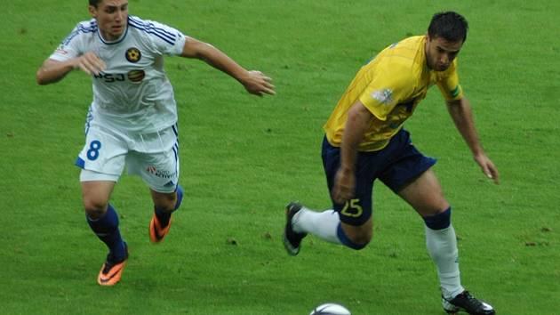 V pěti předchozích odehraných vzájemných zápasech nasázeli tepličtí fotbalisté do jihlavské sítě plných patnáct branek. Na snímku ze srpnového duelu na teplických Stínadlech vlevo Adam Jánoš v souboji s Aidinem Mahmutovičem.