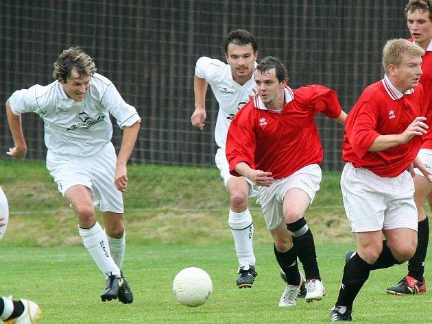 Příjemná nadstavba. Ledečští fotbalisté (v červených dresech) si zajistili po výhře ve finále krajského poháru ČMFS nad Borovinou 2:1 prodloužení sezony.