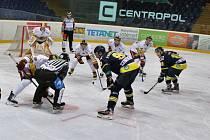 Jihlavským hokejistům (v bílém) se herně příliš duel s Kadaní nepovedl. Alespoň třemi body mohli uchlácholit své trenéry.