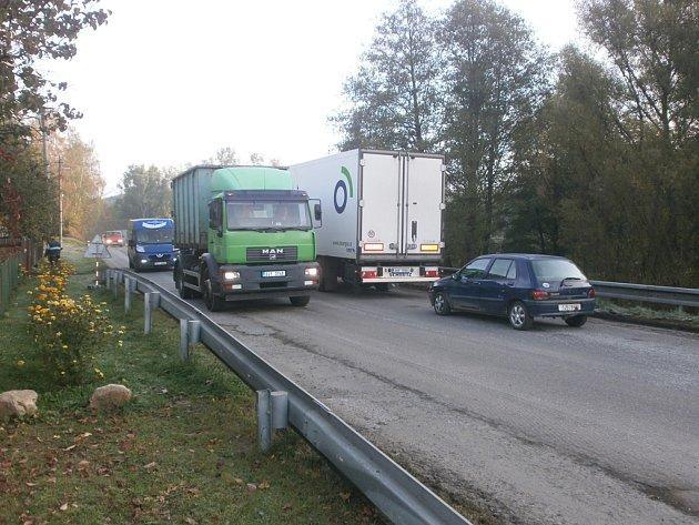 V Prostředkovicích se kvůli opravám silnice tvoří i dvoukilometrové kolony.