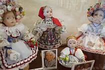 Muzeum Vysočiny zve na výstavu přibližně devadesáti krojovaných panenek z dílny Marie Žilové a její dcery Evy Jurmanové. Výšivky jsou přesné zmenšeniny originálů.