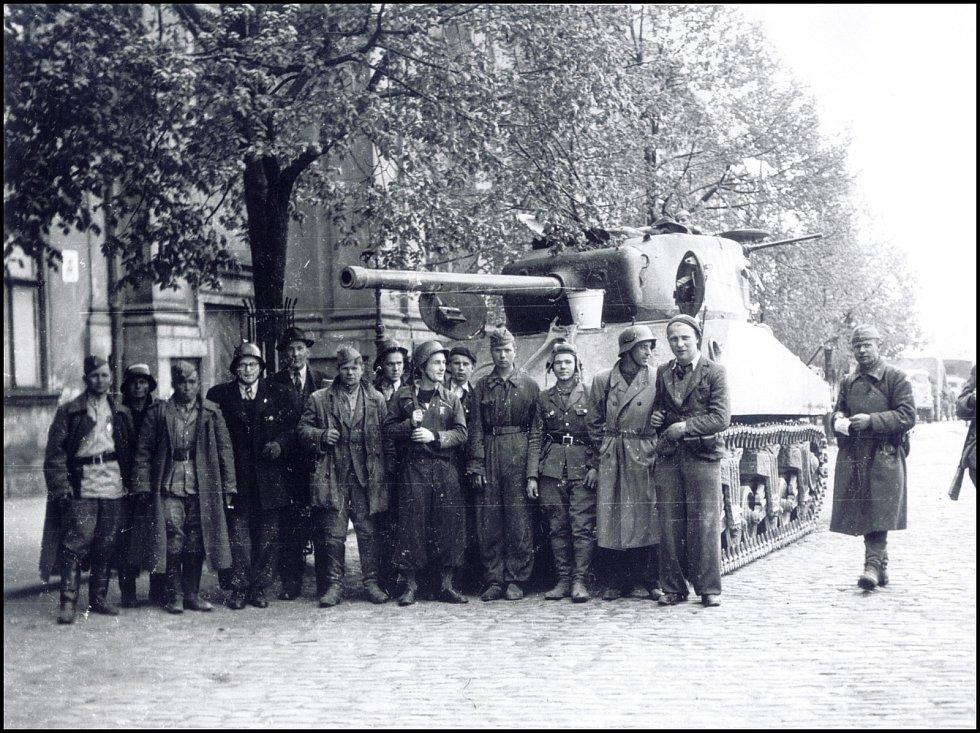 Samohybná houfnice a ruští vojáci před kostelem sv. Ignáce v Jihlavě. Reprofoto: archiv Stanislava Jelínka