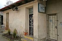 Dojít si na toaletu na městském vlakovém nádraží v Jihlavě je pro cestující passé. Klíče jsou na vyžádání u pokladny. Jeden zpasažérů ho ale před osmi měsíci odcizil.