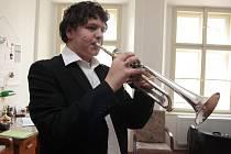 Když přiloží Vilém Hofbauer trubku ke rtům, je po pár tónech jasné, že už ve čtrnácti letech nástroj ovládá.