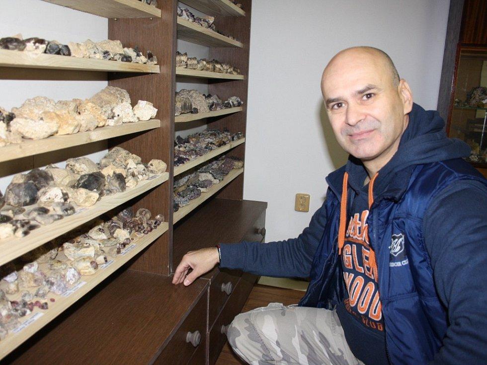 Jaroslav Večeřa jen se zlomkem své sbírky minerálů