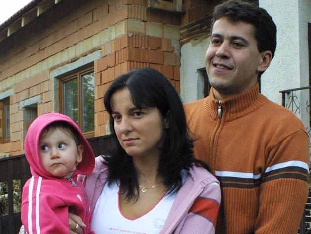 Libor Broža a Jaroslava Trojanová z Jabloňova na Žďársku se poprvé setkali svlastní dcerou. Tu jim před deseti měsíci vyměnili zřejmě ihned po porodu v třebíčské nemocnici. Malá Nikolka, kterou vychovávají, má opravdové rodiče v Přibyslavicích(Třebíčsko)