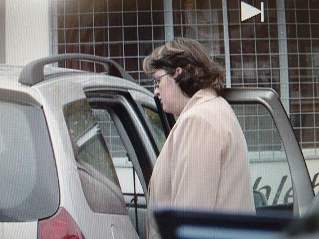 Jaroslava Č. vystupuje u supermarketu Albert vJihlavě z auta, které pronásledovali novináři.