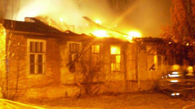 Opuštěný objekt v areálu staré nemocnice zachvátil v neděli večer požár