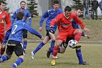 Rychle zapomenout, to bude úkol pro žďárské a velkomeziříčské fotbalisty v nejbližších dnech. To čeká i Miloše Netrdu (u míče v obklopení žďárských fotbalistů).