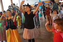 Karneval. Během karnevalu v Ústí se představil Železný Zekon, přišel kouzelník, zazpívala dívčí kapela Lollipopz a pořadem provázel moderátor Milan Řezníček.