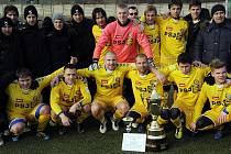 Hráči FC Vysočina překvapivě vyhráli zimní Tipsport ligu. Ve finále k ní přispěl svojí aktivní účastí také člen fan clubu Robert Pavlík (na snímku zcela vlevo).