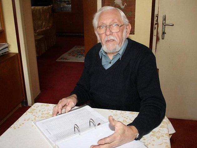 Den co den už sedm let si Václav Dvořák z Třeště vede pravidelné záznamy o vývoji počasí. O meteorologii se zajímá od roku 1967. Jeho příspěvky z oblasti meteorologie znají také čtenáři měsíčníku Naše město.