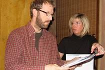 Eva Vaňková předala informace o Kronospanu šéfovi komise pro životní prostředí, radnímu Vítu Prchalovi (snímek vlevo).