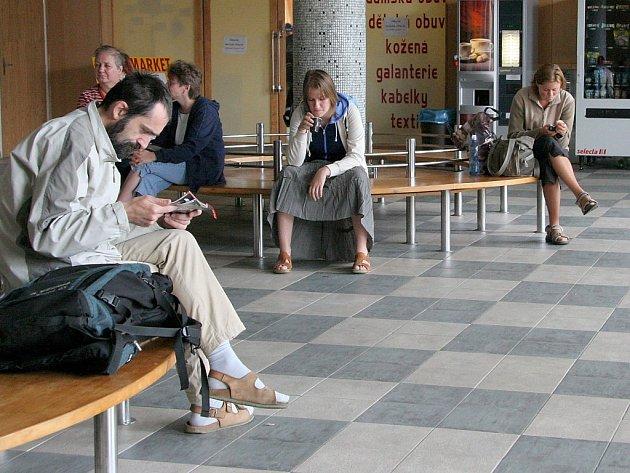 Do haly na autobusovém nádraží v Jihlavě se mohou schovat pouze ti, kdo mají zdravé nohy. Vozíčkáři se dovnitř kvůli schodům nedostanou.