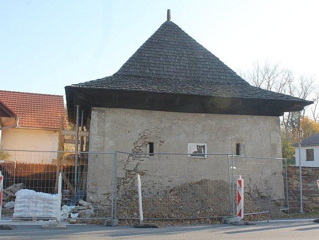 Oprava špýcharu v Prostředkovicích u hlavní silnice