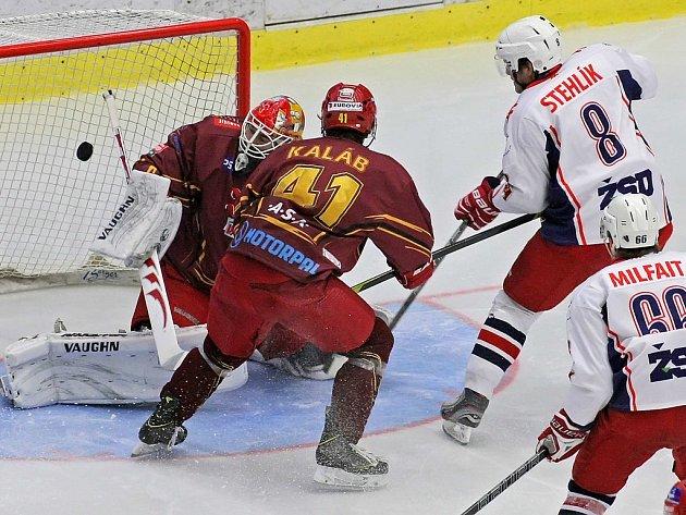 Havlíčkobrodští hokejisté (v bílém) se trefili za záda jihlavského brankáře Davida Ritticha stejně jako v prvním derby této sezony třikrát. I tentokrát to stačilo na výhru.