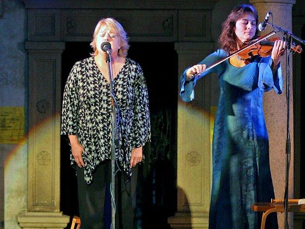 Skupinu Javory založili známí Hana a Petr Ulrychovi. Zpěvačka Hana Ulrychová na snímku vlevo.