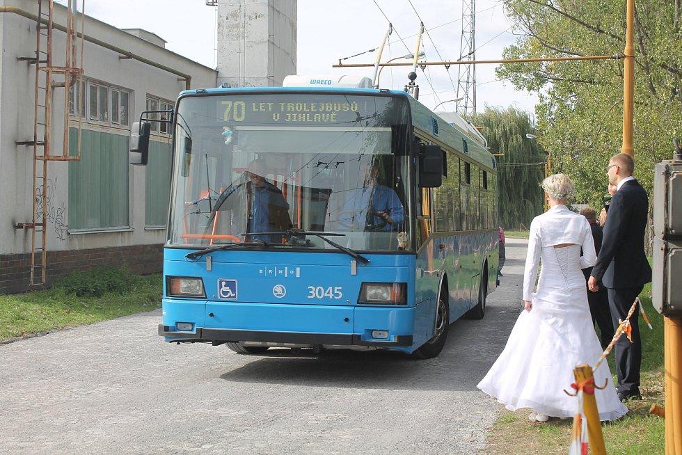 Novomanželé si počkaly, než bude volný ten nejstarší trolejbus ze všech.