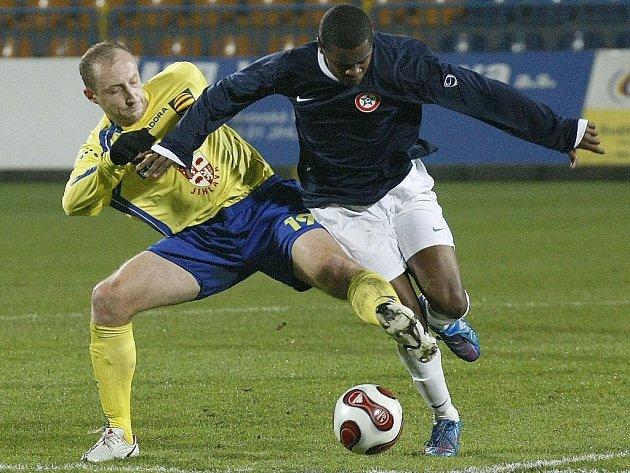 Neprojdeš! Jihlavský záložník Martin Sviták (vlevo) se snaží zastavit unikajícího útočníka Sparty Krč Adauta v páteční předehrávce druhé fotbalové ligy. FC Vysočina vyhrál 2:1.