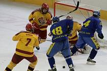 Dorostenci Dukly (ve žlutočerveném) si v sobotu s Ústím nad Labem spravili chuť a vyhráli 6:2.