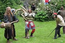 Šermířské souboje, lukostřelba, zápasy v pilinách, či v boji na kládě, nebo třeba možnost vyrobit si obrázek z keramické hlíny, ale i stánky s nejrůznějšími suvenýry nalákaly desítky turistů, převážně rodičů s malými dětmi, na hrad Roštejn