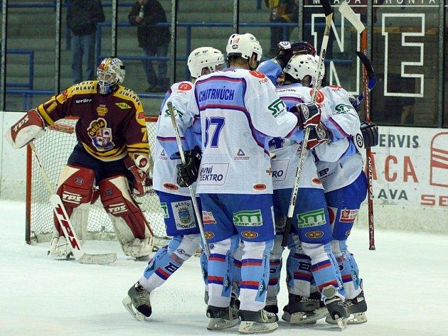 Souboje s Chomutovem přinesly jihlavským hokejistům v minulé sezoně pramálo radosti. Doma dokázali se Severočechy ještě držet krok (6:7 v prodloužení a 4:2), na jejich ledě však utrpěli dva těžké debakly (4:9 a 3:12).