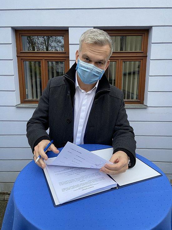 Koaliční smlouvu podepsal i Vladimír Novotný z ČSSD.