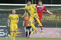 Jihlavští fotbalisté (ve žlutém) vstoupili do letošního ročníku druhé ligy domácí porážkou 0:3 se střížkovskými Bohemians. Stejným způsobem se s druhou ligou i rozloučili, na hřišti Střížkova prohráli 0:2. Porážka Vysočinu ovšem mrzet nemusí, protože už p