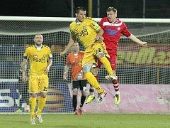 Fotbalisté Velkého Meziříčí v derby s Polnou neuspěli. Pavel Simr (v červeném dresu) sice vyrovnával na začátku druhého poločasu na 1:1, ale jeho tým nakonec prohrál 2:4.