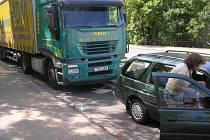 Náraz kamionu přežily matka i dcera bez zranění.