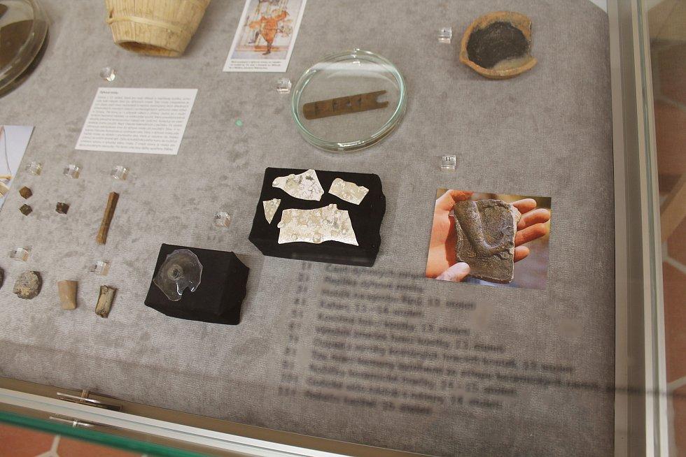 Archelogové v přízemí vystavují různé artefakty spojené s místem.