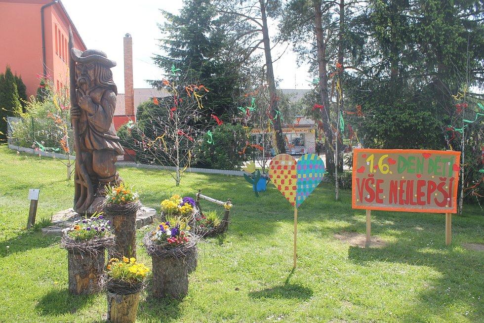 Prvního června čekalo na děti v centru Stonařova několik stromů obalených bonbony.