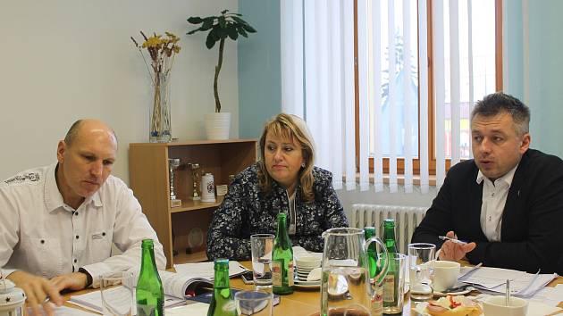 Starosta Třeště Vladislav Hynk (KDU-ČSL) uvedl, že v rozpočtu pro příští rok výdaje převyšují příjmy, rozdíl vyrovnají přebytky z minulých let a očekávané dotace.