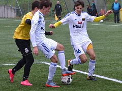 Starší dorost jihlavské Vysočiny (v bílém) doma porazil Svratku Brno (na snímku) a se ziskem 32 bodů drží v divizní tabulce druhé místo.