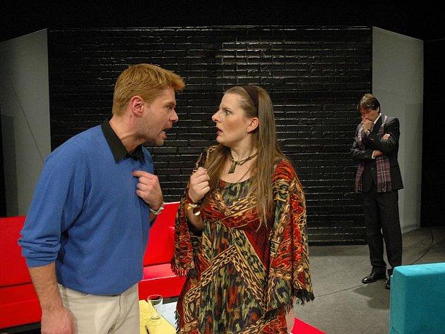 V nové hře Horáckého divadla Bůh masakru se představí mimo jiné Lenka Schreiberová a František Mitáš (oba na snímku v popředí). Na premiéru mohou diváci přijít v sobotu.