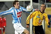 Kouč jihlavských fotbalistů Karol Marko bude mít v důležitém utkání s Čáslaví k dispozici jak Michala Lovětínského (ve žlutém), který v minulém utkání chyběl kvůli žlutým kartám, tak kapitána Petra Faldynu, který  se potýkal s menším zraněním