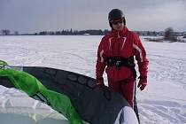 Zdeněk Šimek (na snímku) se snowkitingu věnuje druhou zimu. S kamarády jezdí k pavlovským větrným elektrárnám. Letos by chtěl zkusit i kiting na vodě.