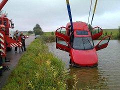 Řidička se vyhýbala autu v protisměru a vjela do rybníka.