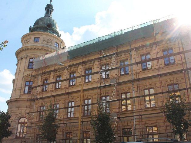 Nová střecha. Budova SŠ PTA Jihlava na třídě Legionářů dostane přes prázdniny novou střechu.