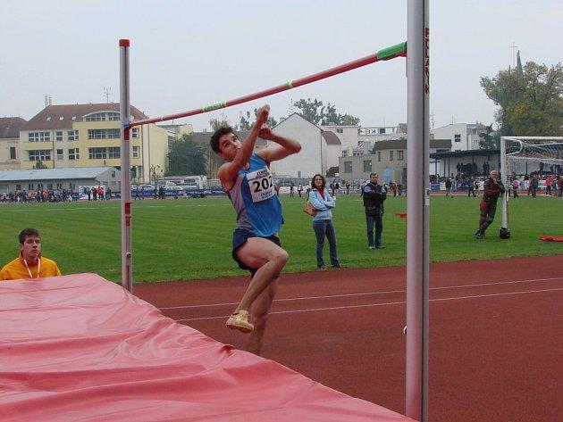 Výbornou úroveň měla ve finále Corny Středoškolského atletického poháru soutěž výškařů. Z prvenství se díky výkonu 205 cm radoval jihlavský Ondřej Stolín, jeho týmový kolega Josef Bednář (na snímku) skončil s 201 cm třetí.